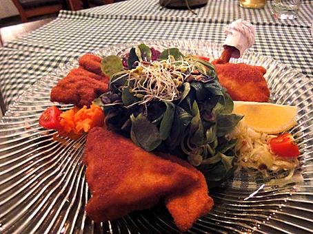 Backhendel mit Kartoffelsalat und Preiselbeeren.