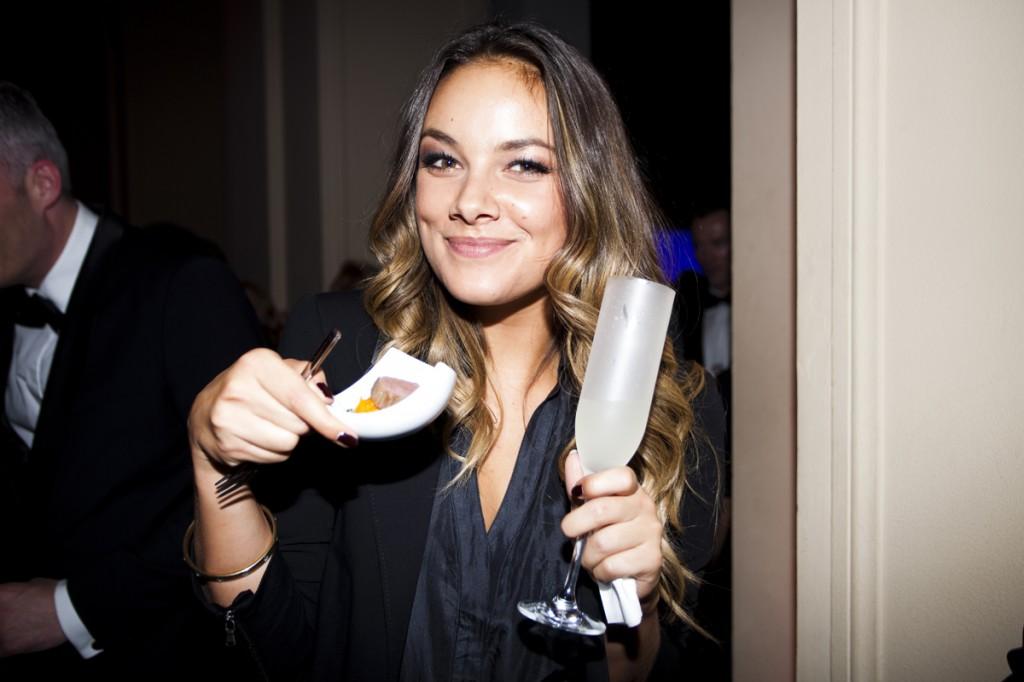 GZSZ-Schauspielerin Janina Uhse den Rehrücken genießt.