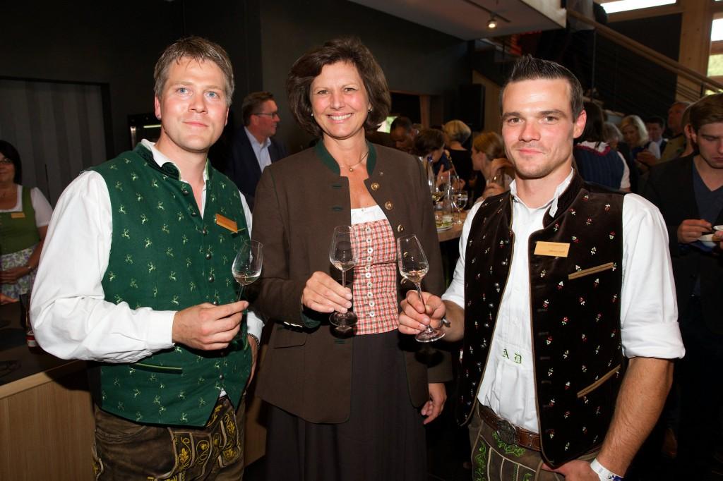 (v.l.n.r.) Chef-Destillateur Tobias Maier, MdL Ilse Aigner und Destillateurmeister Adrian Dießl verkosten den feinen Lantenhammer-Edelbrand.