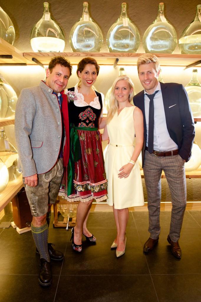 (v.l.n.r.) Auch unter den Gästen: Andi Meister mit Freundin & Trachtendesignerin Lola Paltinger, Maxi Arland mit Ehefrau Andrea