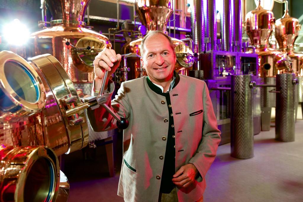 Geschäftsführer Anton Stetter vor der neuen, modernen Destillationsanlage