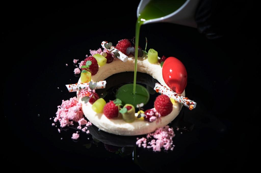 4_ Ein Dessert a la Sascha Förster mit Wasabi Himbeere Gurke_by_MrMrsPorter_524